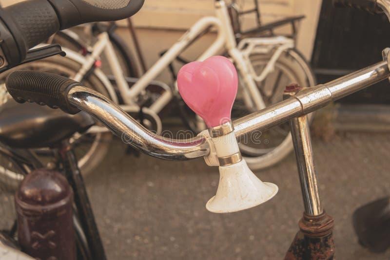 Rowerowy rękojeść bar, dzwon w kształcie serce na Amsterdam ulicie i zdjęcia stock