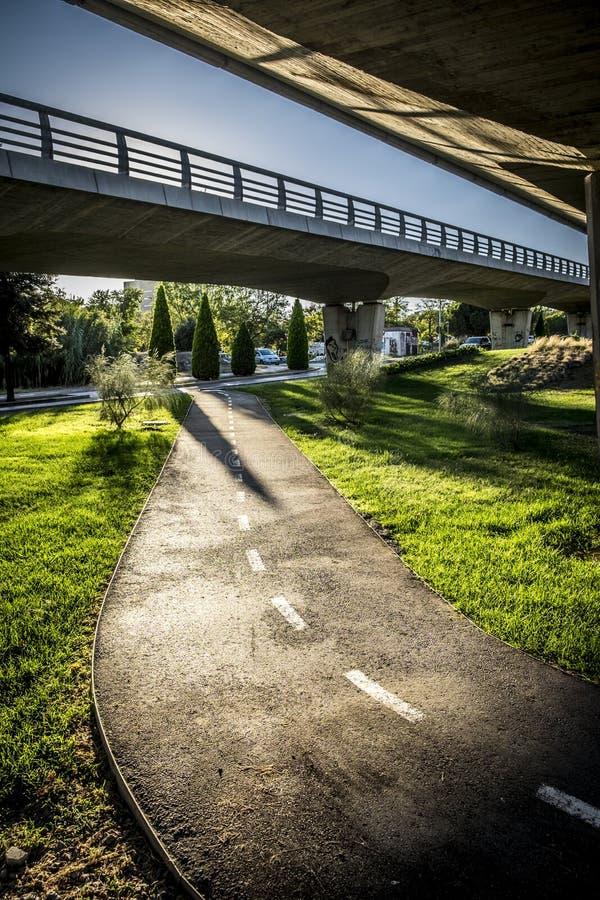 Rowerowy trasy i jezdni most w Sant Cugat Del Valles Barcel fotografia stock