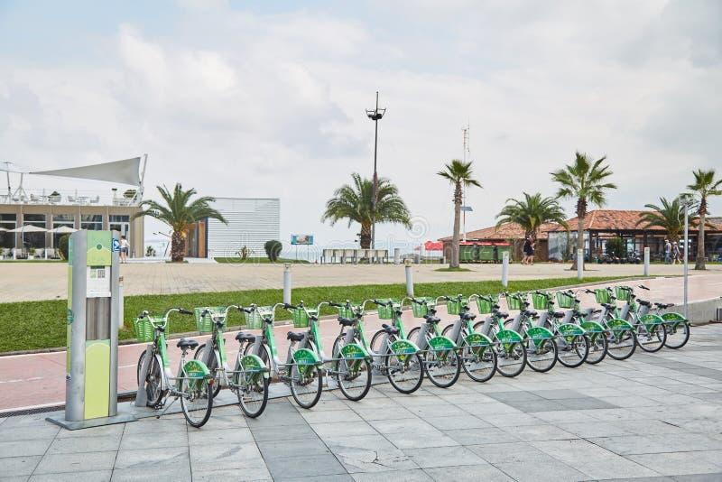 Rowerowy wynajem na plaży w Batumi Czynsz jechać na rowerze Gruzja obrazy stock