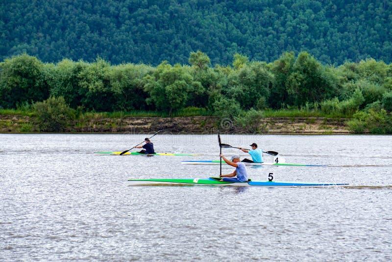 Rowers каноэ на реке стоковые фото