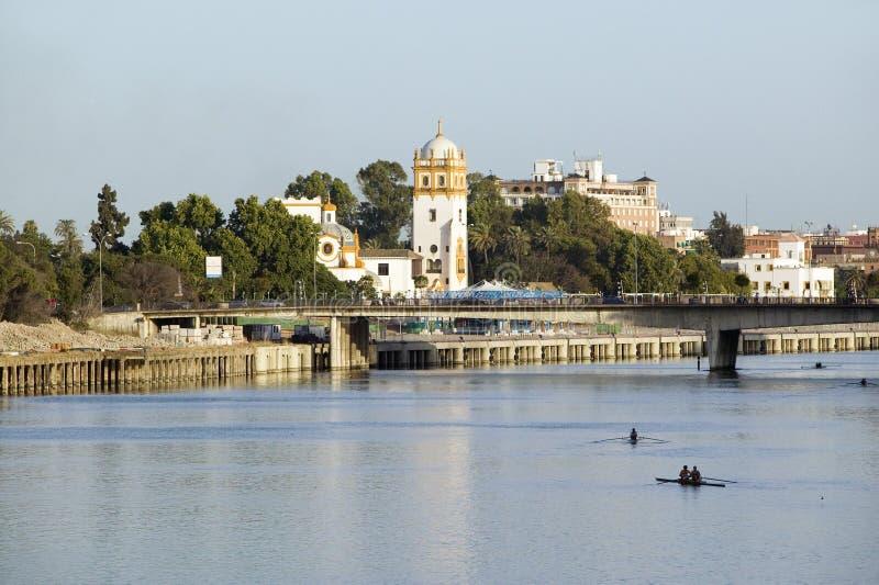 Rowers на Канале de Альфонс реки Рио Гвадалквивира, Севильи, южной Испании стоковые изображения rf