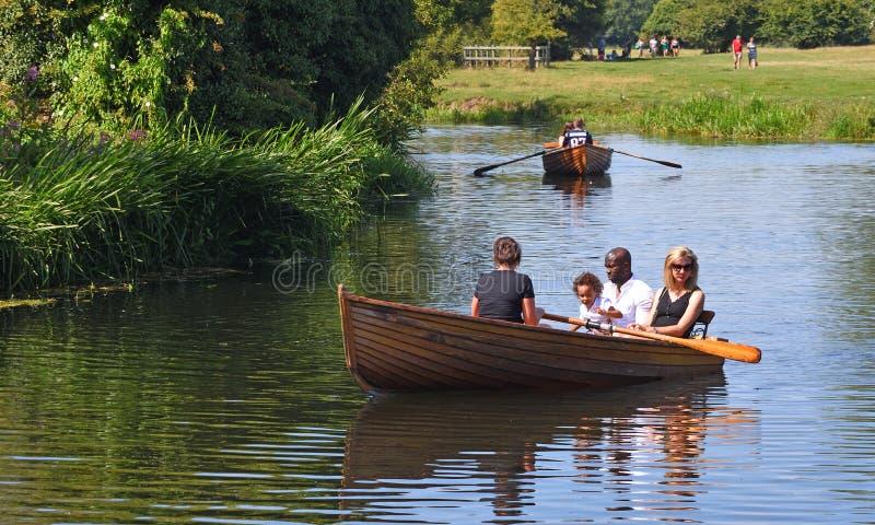 Rowers sul fiume Stour vicino a Dedham nell'Essex immagine stock