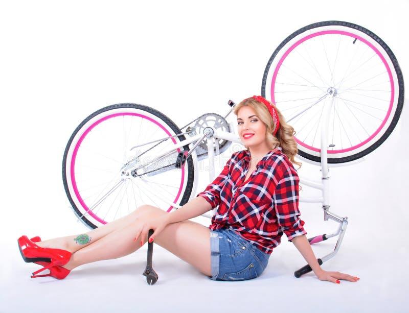 roweru dziewczyny naprawianie obrazy royalty free