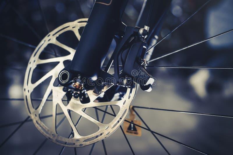 Roweru górskiego frontowy koło z machinalnym dyska małżeństwem Część roweru górskiego hamulec w zakończeniu up obraz stock