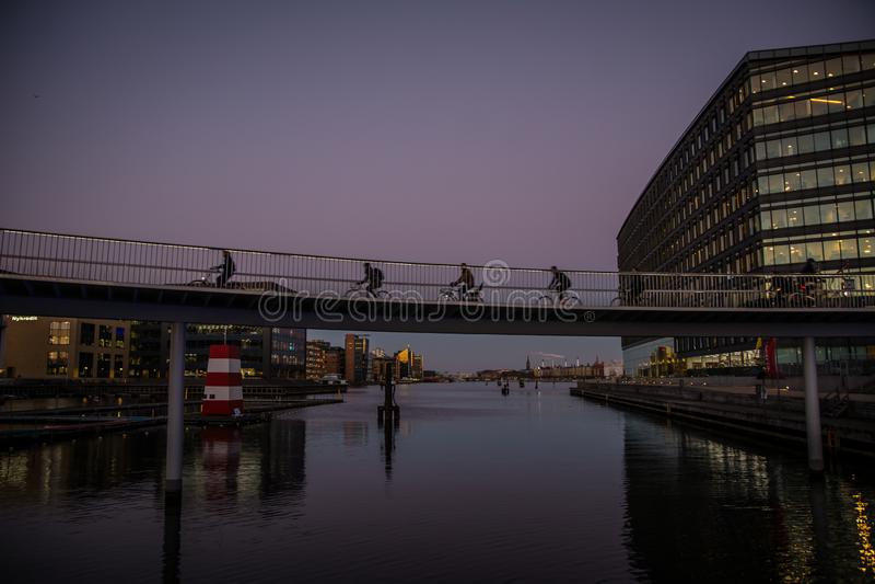Roweru most w Kopenhaga schronieniu Dani fotografia stock