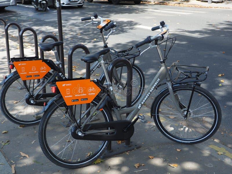 Roweru osła do wynajęcia republika w Paryż zdjęcie stock
