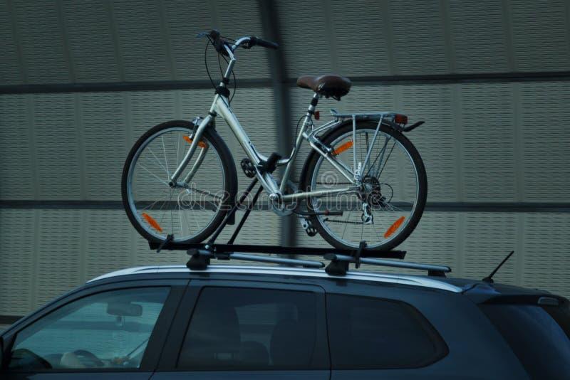 Roweru transportu rower na dachu samochód zdjęcia royalty free