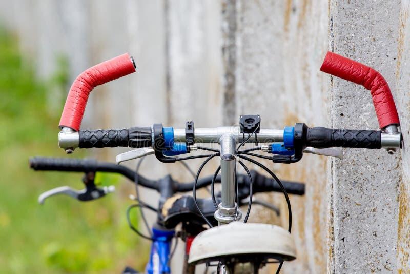 Rowery blisko betonowej ściany podczas przerwy w travel_ zdjęcie stock