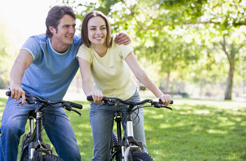 rowery są pogrupowane na zewnątrz uśmiecha się obrazy royalty free