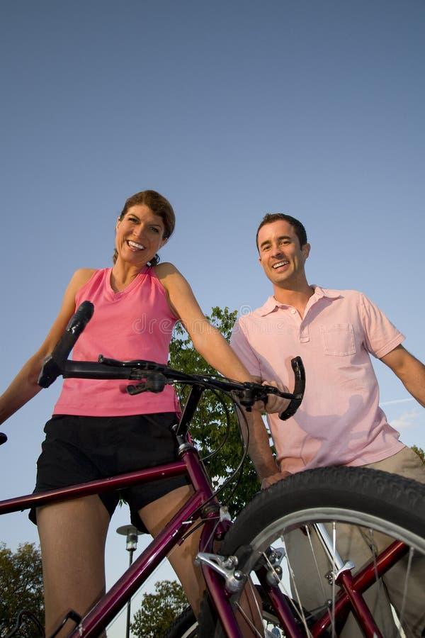 rowery są pogrupowane uśmiechać ich pionowe zdjęcia stock