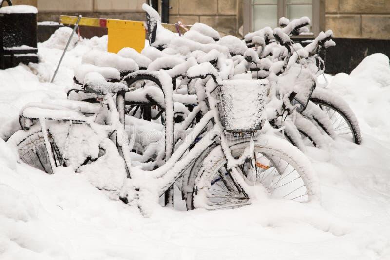 Rowery w śniegu. obrazy royalty free