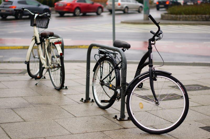 Rowery zamknięte na barierach w Poznaniu, Polska zdjęcia stock
