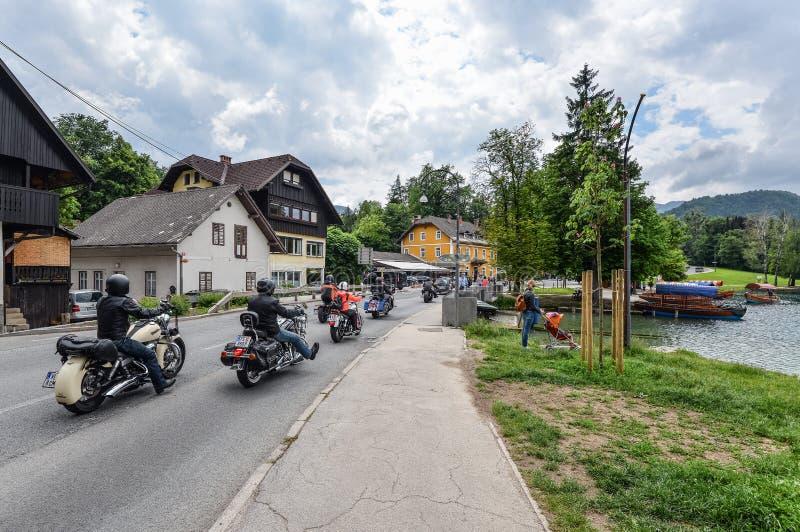 Rowerzyści jadą ich motocykle wokoło Krwawiącego jeziora, Slovenia fotografia royalty free