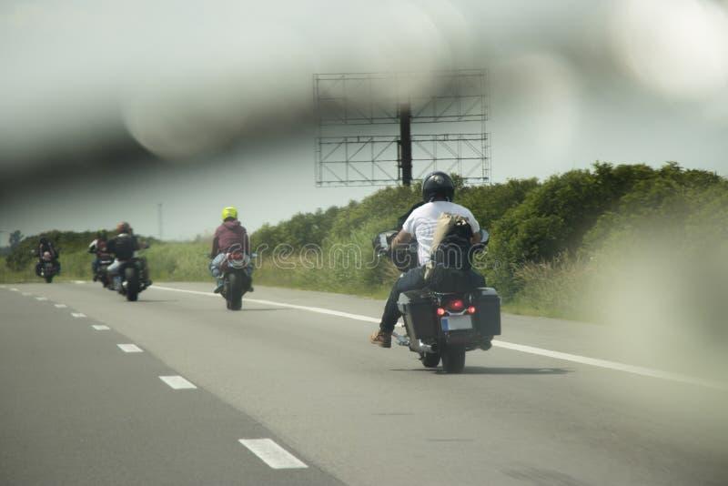 Rowerzyści jedzie na drodze zdjęcia royalty free