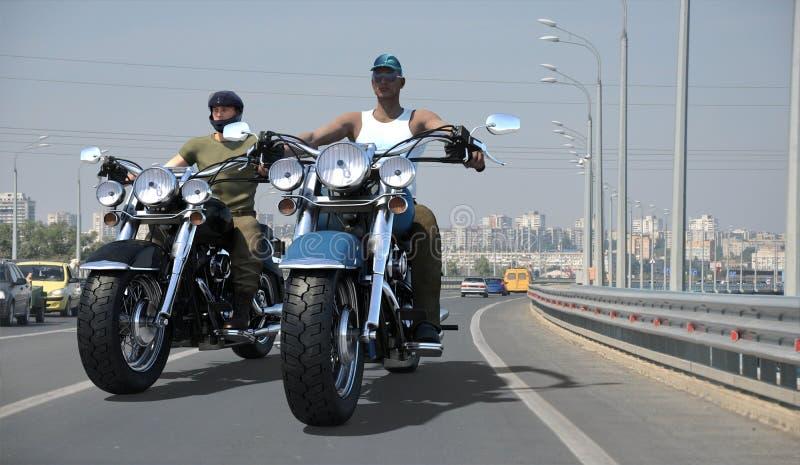 Rowerzyści jedzie na miasto drodze ilustracja wektor