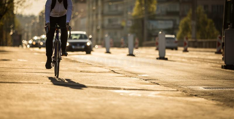 Rowerzyści na miasto ulicie obraz stock