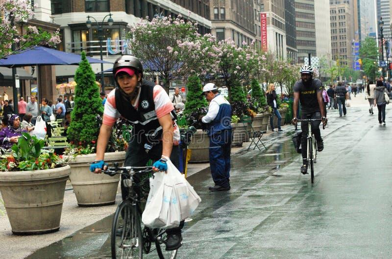 Rowerzyści na roweru pasie ruchu w NYC pobliskim zwiastunie Obciosują zdjęcie stock