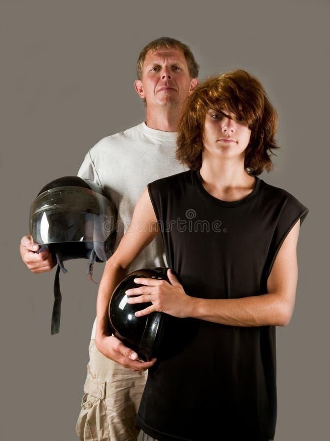 rowerzyści ojcują nastoletniego dumnego syna obraz royalty free