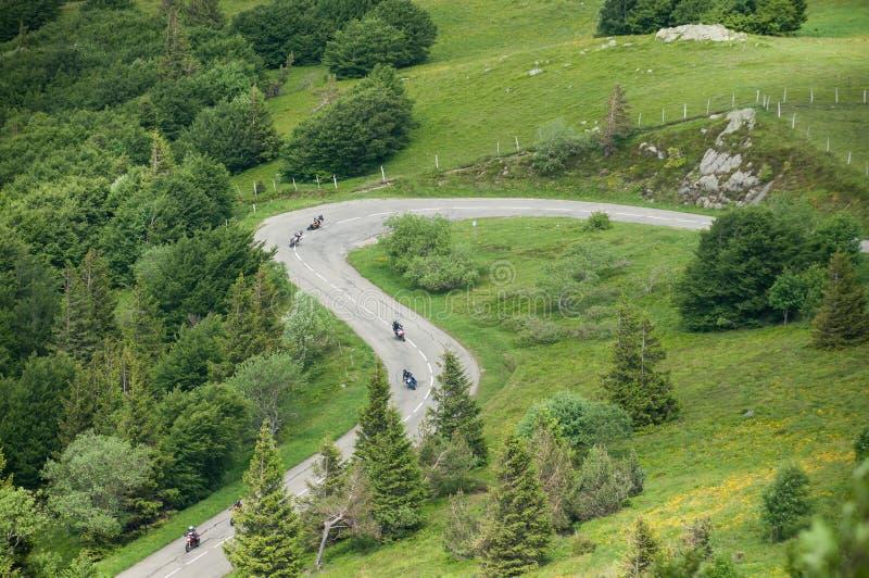rowerzyści w pięknych halnych koronkach drogowych w odgórnym vieuw ja zdjęcia royalty free