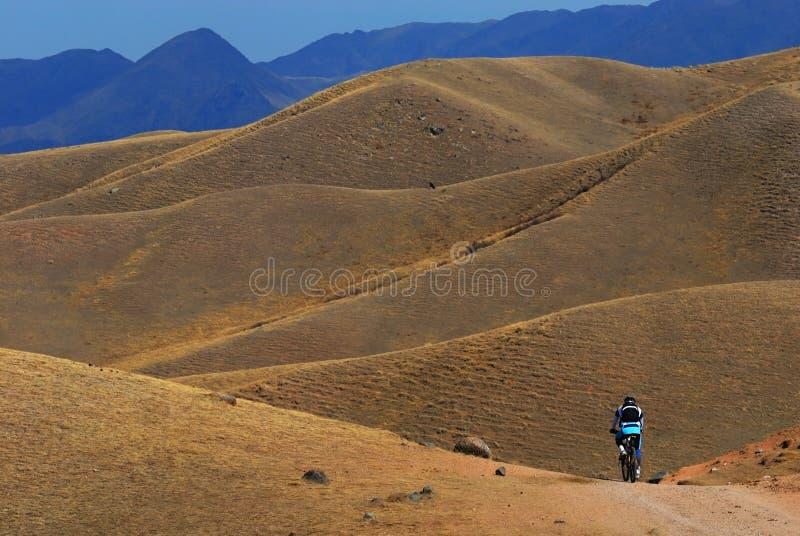 rowerzysta droga pustynna halna obrazy royalty free