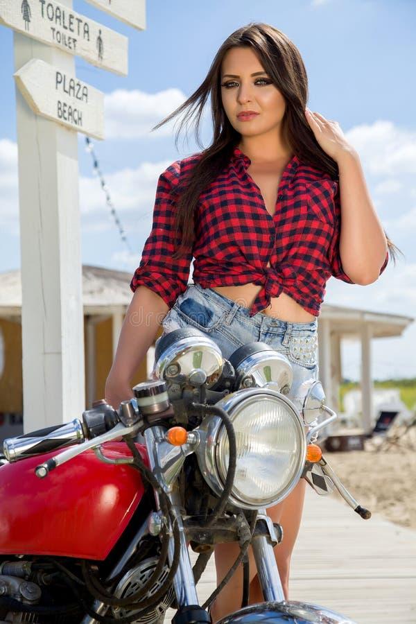 Rowerzysta dziewczyna na Retro motocyklu obraz royalty free