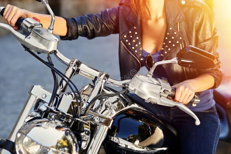 Rowerzysta dziewczyna w skórzanej kurtce na motocyklu fotografia stock