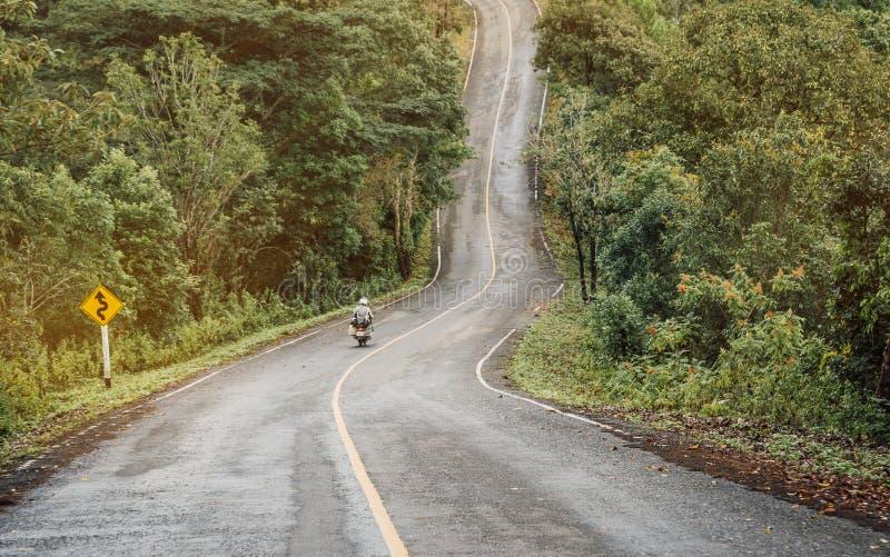 Rowerzysta jedzie motocykl na drodze wierzchołek wzgórze obraz royalty free