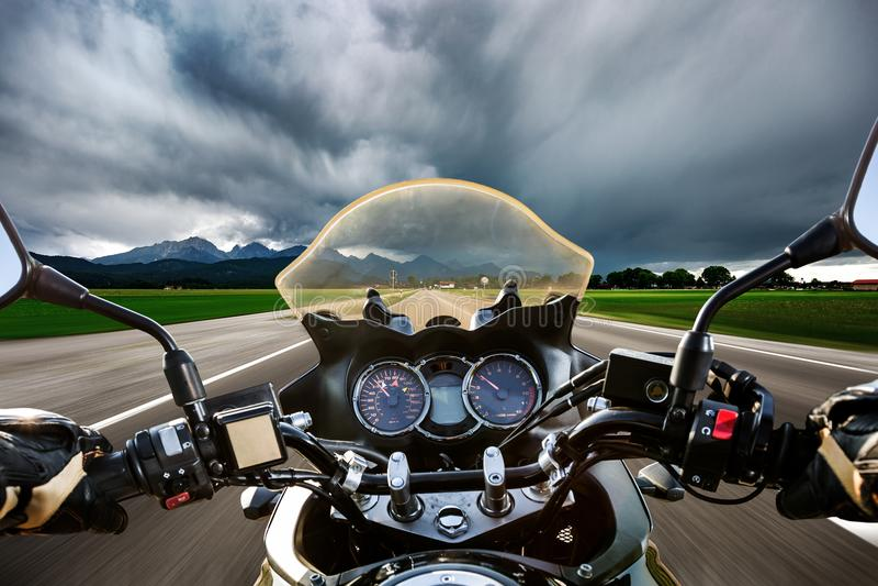 Rowerzysta na motocyklu popędza puszku droga w błyskawicowym stora zdjęcie stock