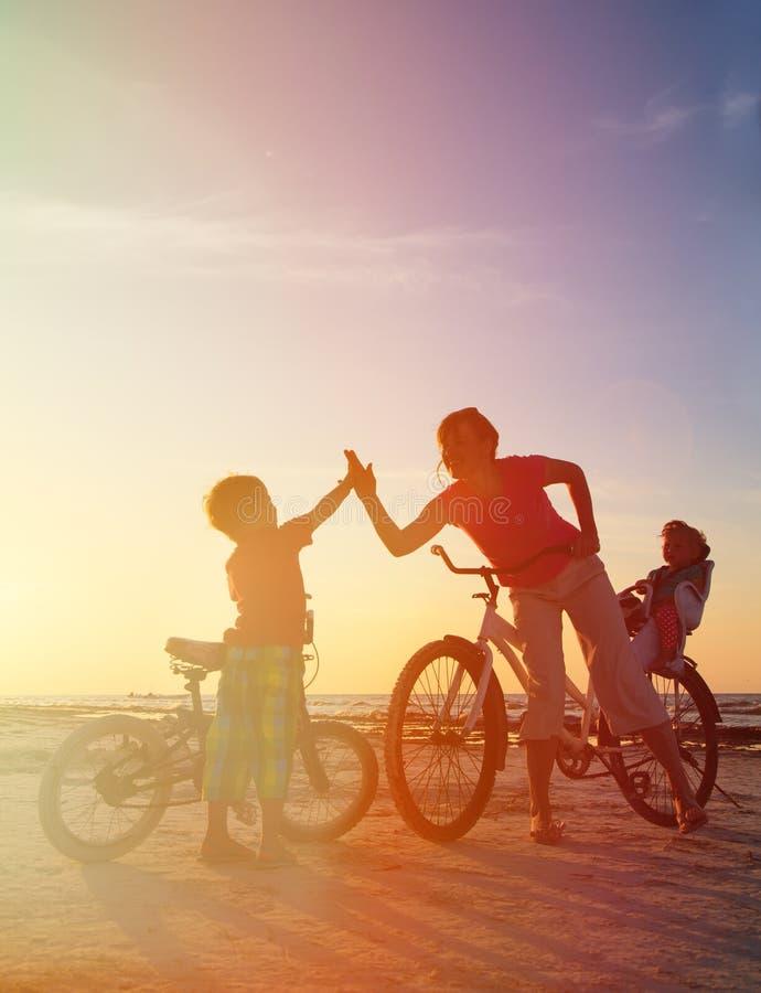 Rowerzysta rodzinna sylwetka przy zmierzchem zdjęcia royalty free
