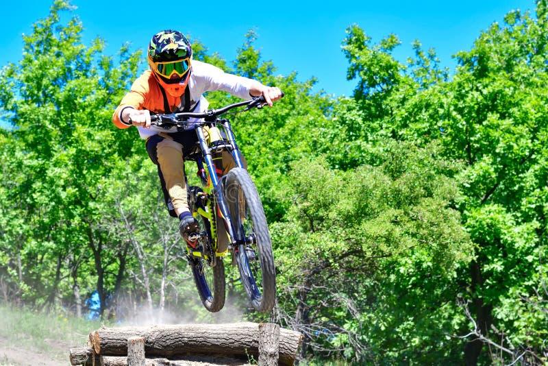 Rowerzysta skacze od kropli fotografia royalty free