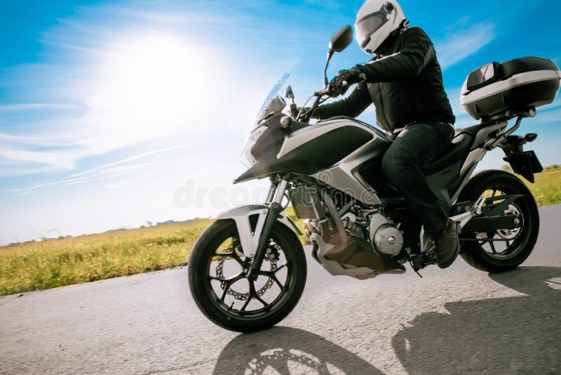 Rowerzysta w hełm drogi motocyklu zdjęcia stock