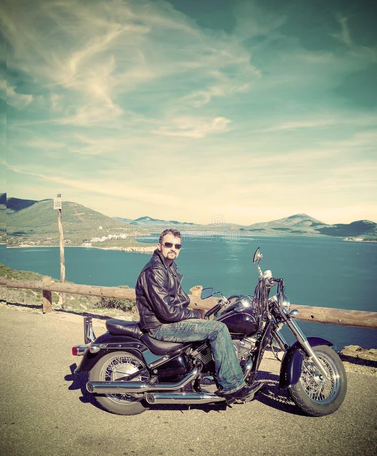 Rowerzysta z klasycznym motocyklem w rocznika brzmieniu obraz stock