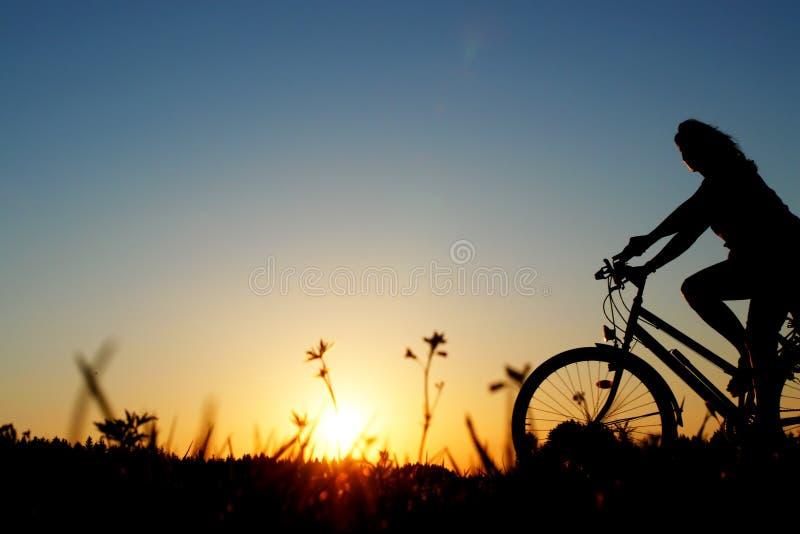 Rowerzysty bicyklu zmierzch obrazy stock