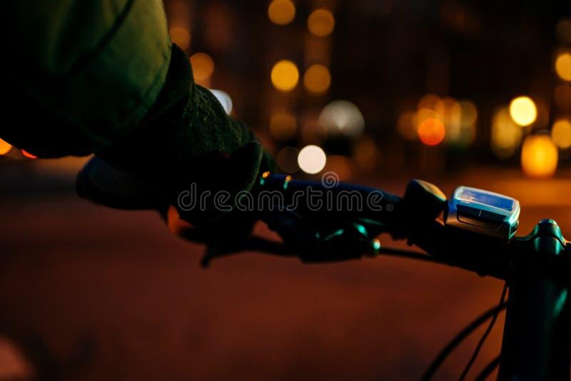 Download Rowerzysty Cyklisty Mienia Sterowniczej Nocy Elektryczny Defocused Backgrou Zdjęcie Stock - Obraz złożonej z podbija, pojęcie: 106920690