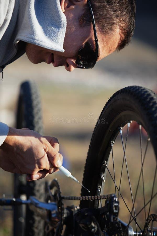rowerzysty rowerowy łańcuch oliwi zdjęcie stock
