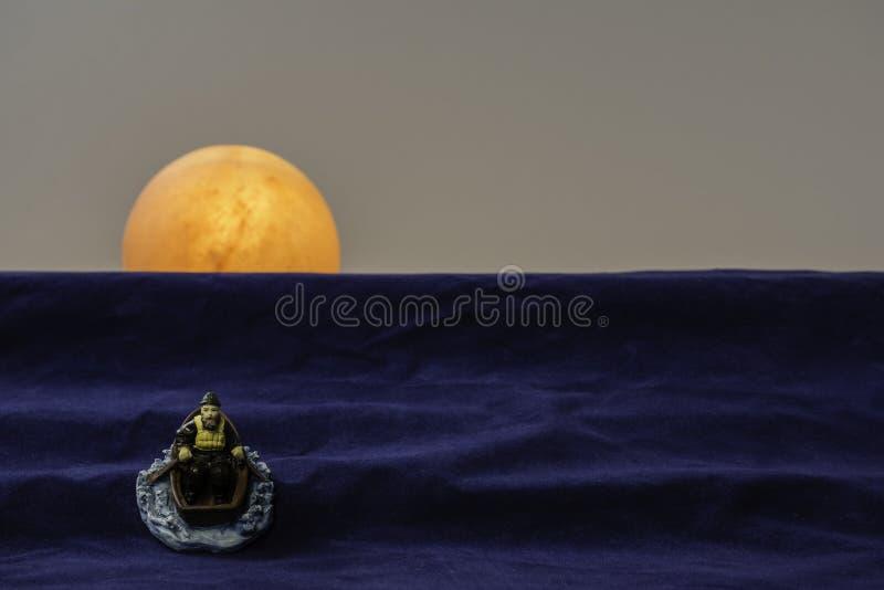 Rowing старика в заход солнца жизни стоковое фото rf