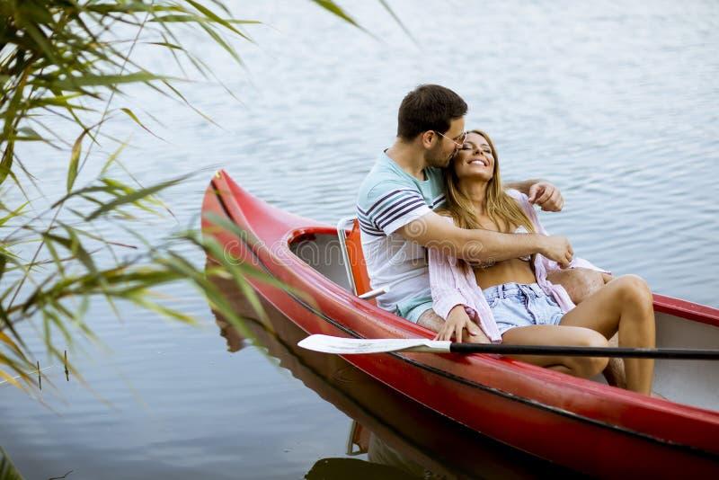 Rowing cariñoso de los pares en el lago imagen de archivo libre de regalías