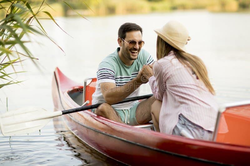 Rowing cariñoso de los pares en el lago fotografía de archivo