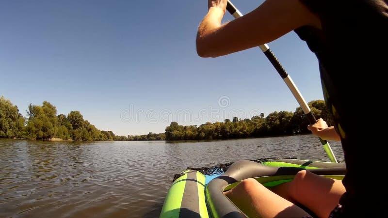 Rowing de la chica joven en un kajak Ucrania, río meridional del insecto Vista lateral almacen de video