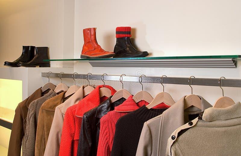 Download RowRow Dei Rivestimenti Del Vestito Degli Uomini Che Appendono Sui Ganci Fotografia Stock - Immagine di vestiti, vestito: 7323818
