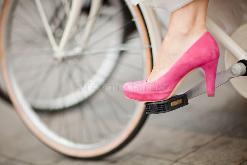 Roxo - sapata cor-de-rosa do casamento no pedal da bicicleta em detalhe fotografia de stock