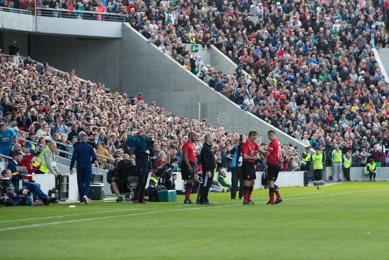 Roy Keane komt voor Ryan Giggs binnen tijdens de Liam Miller Tribute-gelijke stock afbeeldingen