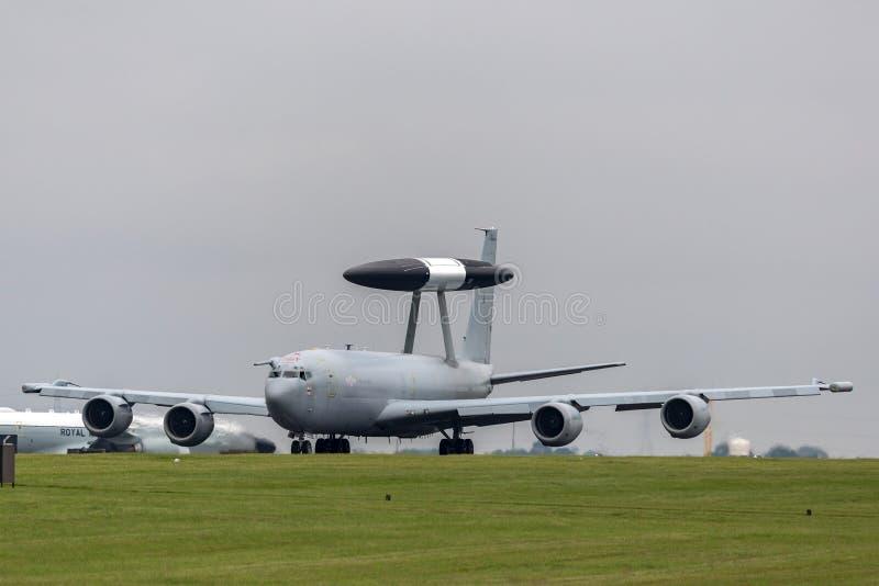 Royal Air Force RAF Boeing E-3D Sentry wczesnego ostrzeżenia AWACS Powietrzny samolot ZH101 przy Royal Air Force stacją Waddingto zdjęcie stock