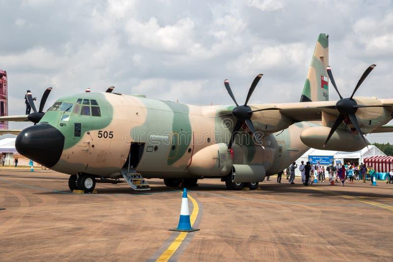 Royal Air Force van het vervoervliegtuig van Oman Lockheed c-130H Hercules op het tarmac van RAF Fairford stock foto's