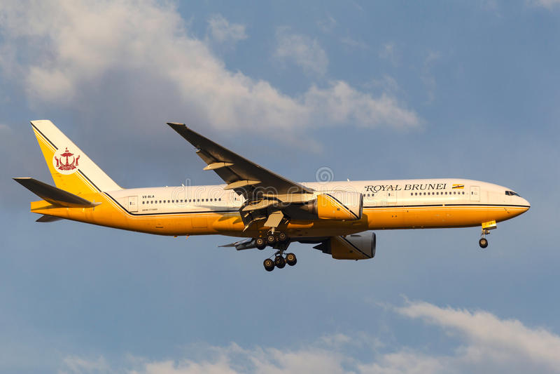 Royal Brunei Airlines Boeing 777-212/ER V8-BLA na aproximação à terra no aeroporto internacional de Melbourne fotografia de stock royalty free