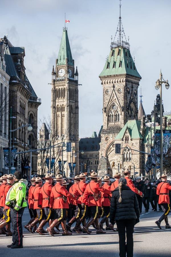 Royal Canadian Mounted Police, RCMP, Mounties, w formalnym czerwie? mundurze, stoi na wspominanie dniu przed Kanadyjskim parlamen obraz stock