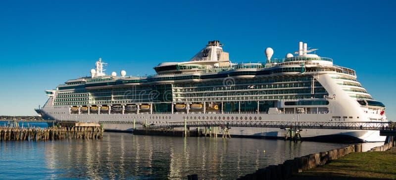 Royal Caribbean-Kreuzschiff am Dock lizenzfreie stockfotos