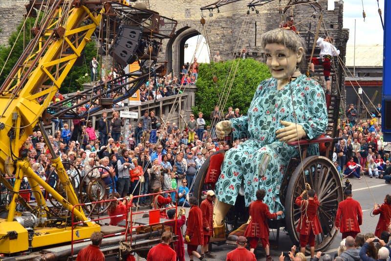 Royal de Luxe剧院乘员组控制巨型机械玩偶的 库存照片