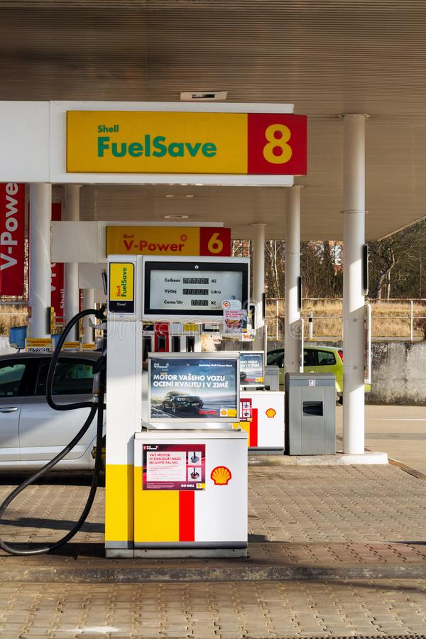 Royal Dutch Shell internationales Öl-und Gasgesellschafts-Logo auf Brennstoffstation stockfoto