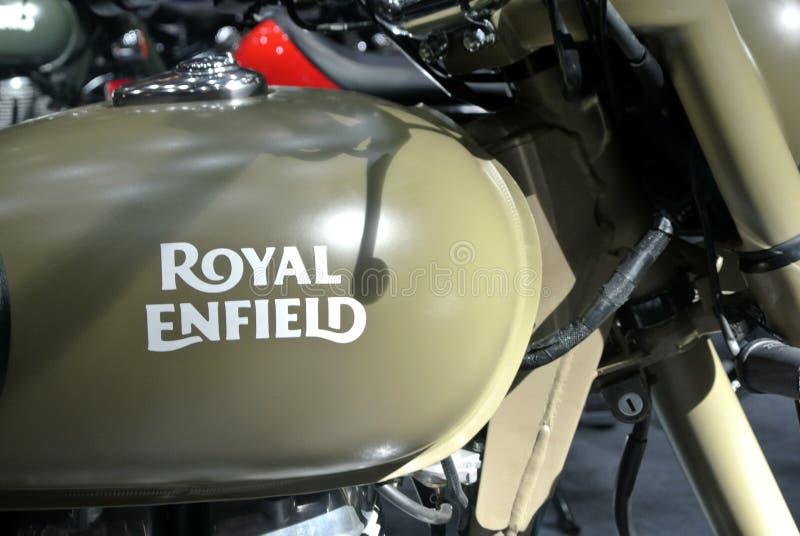 ROYAL ENFIELD摩托车品牌与摩托车车身标志 免版税库存照片